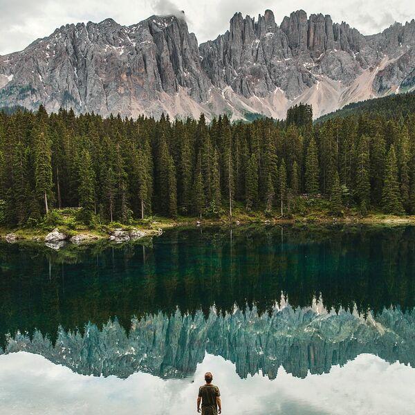 Akute Myeloische Leukämie Titelbild Mann am See in den Bergen