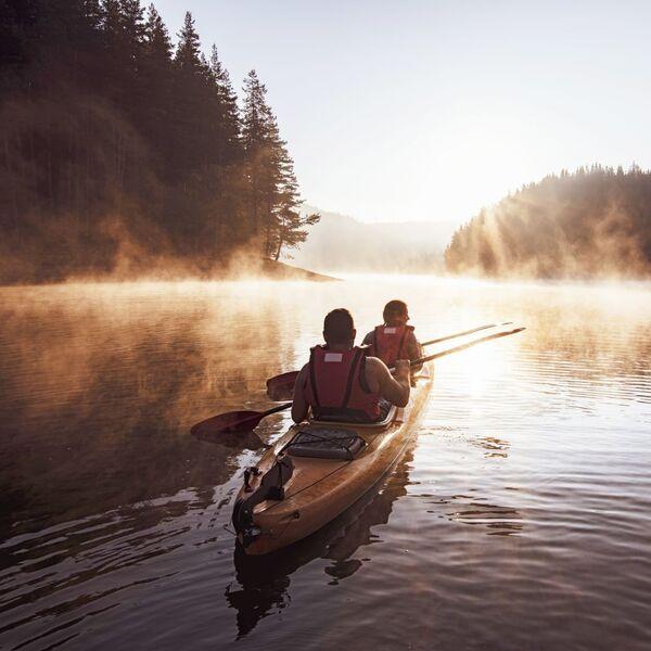 Paar-gemeinsam-am-kayaken-im-Sonnenuntergang