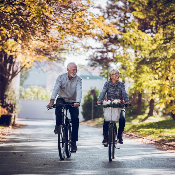Darmkrebs Therapie Fortschritte: Ein älteres Paar auf einem Fahrrad