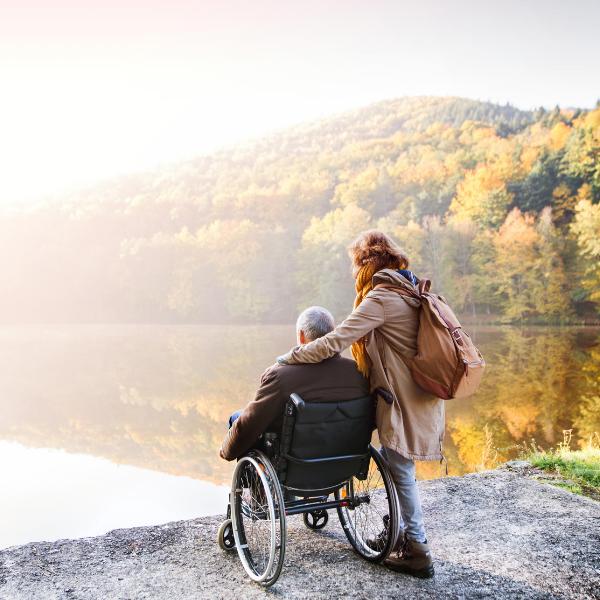 SAKK Patientenrat: Ein Mann im Rollstuhl und seine Begleitung am See