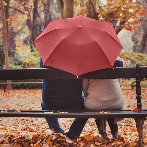 Trauer verarbeiten bei Krebs - zwei Personen unter einem Schirm