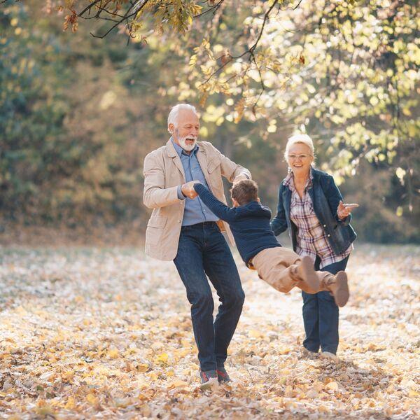 Vererbung von Krebs in der Familie: Grosseltern mit Enkelkind Header