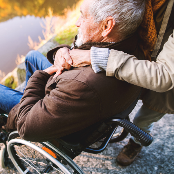SAKK Patientenrat: Mann im Rollstuhl mit Begleitung