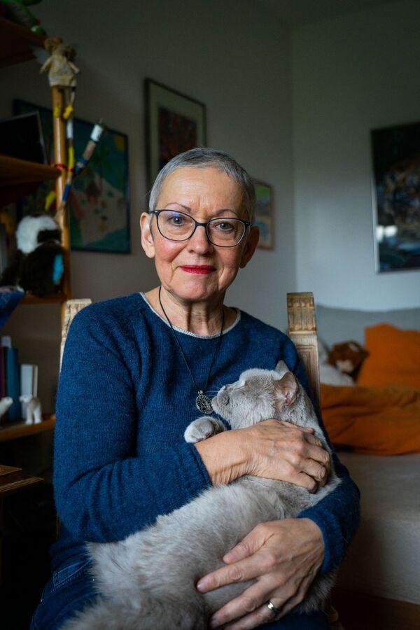 Doris, Brustkrebs und Eierstockkrebs-Patientin, mit ihrer Katze