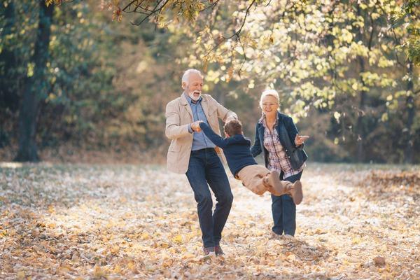 Vererbung von Krebs in der Familie: Grosseltern mit Enkelkind